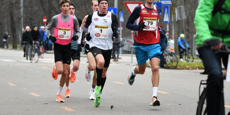 Peter Herzog (in der Rolle des Tempomachers), Timon Theuer und Valentin Pfeil (etwas verdeckt) bei den Österreichischen Marathonmeisterschaften 2020 in Wien